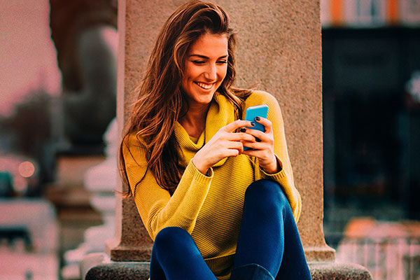 girl-with-smart-phone-yellow-sweater